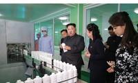 Vợ chồng ông Kim Jong-un thăm nhà máy sản xuất mỹ phẩm hiện đại nhất nhì Triều Tiên
