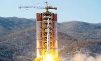 Tên lửa tầm xa của Triều Tiên rời bệ phóng tại bãi thử Sohae. Bức ảnh được công bố ngày 7/2/2016. Nguồn: Reuters