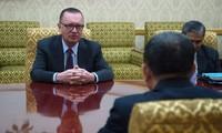 Đại sứ Jeffrey Feltman đối thoại cùng quan chức Triều Tiên. Ảnh: AFP