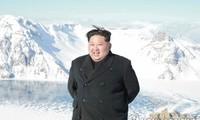 Chủ tịch Kim Jong-un đứng trên đỉnh núi Paektu. Ảnh: Yonhap