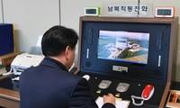 Một quan chức Hàn Quốc kiểm tra đường dây nóng để nói chuyện với phía Triều Tiên tại làng Bàn Môn Điếm ở Paju (Hàn Quốc) hôm nay, 3/1. Ảnh: AP