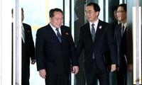 Bộ trưởng Thống nhất, Trưởng đoàn đàm phán Hàn Quốc Cho Myoung-gyon (phải) và Chủ tịch Ủy ban thống nhất Hòa bình Triều Tiên (CPRK), Trưởng đoàn đàm phán Triều Tiên, Ri Son-gwon (trái) tại cuộc đàm phán cấp cao ở làng đình chiến Panmunjom sáng 9/1. Ảnh: A