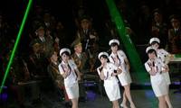 Ban nhạc nữ Moranbong biểu diễn cùng dàn nhạc nam thuộc quân đội Triều Tiên có tên Merited Chorus. Ảnh: AP