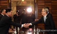 Trưởng phái đoàn Triều Tiên Kwon Hyok-bong (trái) bắt tay trưởng phái đoàn Hàn Quốc Lee Woo-sung (phải) trong cuộc đàm phán cấp chuyên viên sáng 15/1. Ảnh: Yonhap