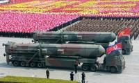 Quân đội Triều Tiên diễu binh tại quảng trường Kim Il-Sung ở thủ đô Bình Nhưỡng ngày 16/4/2017. Ảnh: Yonhap