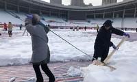 Công nhân hì hụi dọn tuyết trên sân Thường Châu trước trận chung kết