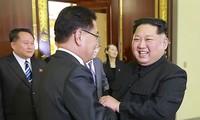 Chủ tịch Triều Tiên Kim Jong-un bắt tay ông Chung Eui-yong - trưởng phái đoàn Hàn Quốc. Ảnh: Yonhap