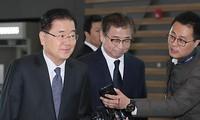 Ông Chung Eui-yong (trái) và ông Suh Hoon xuất hiện sáng nay, 8/3, tại sân bay Incheon (Seoul) để lên đường đến Mỹ. Ảnh: Yonhap