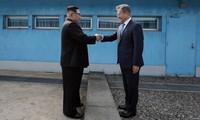 Tổng thống Hàn Quốc Moon Jae-in (phải) bắt tay Chủ tịch Triều Tiên Kim Jong-un (trái). Ảnh: Washington Post