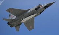 Tên lửa siêu thanh Kinzhal gắn trên máy bay chiến đấu MiG-31. Ảnh: Sputnik