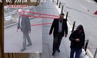 Jamal Khashoggi (trái) và al-Madani (phải). Madani mặc trang phục giống hệt Khashoggi, chỉ khác đôi giày.