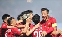Tuyển Việt Nam ăn mừng chiến thắng 3-0 trước Lào trên sân Hàng Đẫy tối 24/11. Ảnh: Đức Đồng