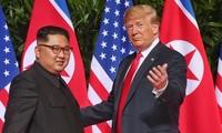 Tổng thống Mỹ Donald Trump và Chủ tịch Triều Tiên Kim Jong-un trong hội nghị thượng đỉnh ngày 12/6/2018 tại Singapore. Ảnh: AFP