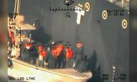 """Hình ảnh được Hải quân Mỹ cho thấy """"lực lượng Iran tiếp cận tàu chở dầu Nhật Bản"""". Ảnh: Reuters"""