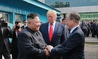 Tổng thống Mỹ Trump và Tổng thống Hàn Quốc Moon tạm biệt Chủ tịch Kim tại DMZ sau cuộc gặp ngày 30/6. Ảnh: AP