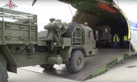 Linh kiện S-400 được đưa lên máy bay để vận chuyển đến Thổ Nhĩ Kỳ. Ảnh: Bộ Quốc phòng Nga