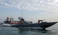 Tàu tuần tra Iran đứng cạnh tàu dầu Stena Impero. Ảnh: Reuters