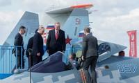 Tổng thống Nga Putin giới thiệu với Tổng thống Thổ Nhĩ Kỳ chiếc Su-57. Ảnh: Tass