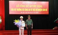 Thứ trưởng Nguyễn Văn Thành trao quyết định và chúc mừng tân Cục trưởng Nguyễn Đình Thuận.