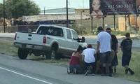Người đi đường hỗ trợ nạn nhân bị thương. Ảnh: Facebook