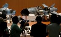 Mảnh vỡ vũ khí được trưng bày tại cuộc họp báo. Ảnh: Reuters