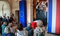 Người dân Pháp đứng trước quan tài cựu Tổng thống Chirac. Ảnh: EPA