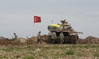 Xe tăng Thổ Nhĩ Kỳ ở biên giới với Syria. Ảnh: Reuters