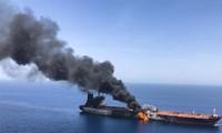 Một tàu dầu bốc cháy trên Vịnh Oman ngày 13/6/2019. Ảnh: AP