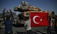 Lực lượng Thổ Nhĩ Kỳ hùng hổ tiến vào biên giới Syria. Ảnh: AP