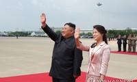 Ông Kim Jong-un và bà Ri Sol-ju vẫy chào Chủ tịch Trung Quốc Tập Cận Bình khi ông Tập rời Triều Tiên về nước vào ngày 21/6. Ảnh: Yonhap