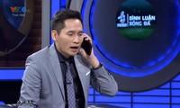 BLV Quốc Khánh gây tranh cãi khi vờ gọi điện cho Văn Lâm.