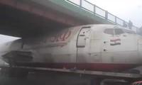 Hy hữu: Boeing B737 mắc kẹt dưới gầm cầu ở Ấn Độ