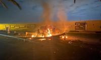 Xe hơi chở ông Soleimani cháy rụi sau khi trúng rocket sáng 3/1. Ảnh: AP