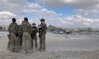 Binh sĩ Mỹ dọn dẹp căn cứ Ain al-Asad sau khi trúng tên lửa Iran hồi tuần trước. Ảnh: AP