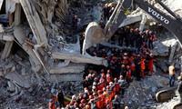 Một tòa nhà đổ sập sau động đất ở Thổ Nhĩ Kỳ. Ảnh: Reuters