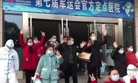 Bệnh nhân Trung Quốc hồ hởi ra viện sau khi 'thoát' dịch corona