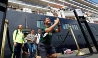 Các hành khách vui mừng khi được rời tàu Westerdam ngày 14/2. Ảnh: AP