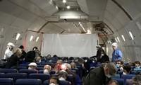 Các hành khách Mỹ trên chuyến bay sơ tán từ Nhật Bản về nước. Ảnh: Reuters