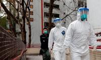 Nhân viên y tế ở chung cư Hong Mei (Hồng Kông, Trung Quốc). Ảnh: Reuters