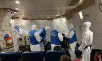Bên trong chuyến bay sơ tán công dân về nước của Mỹ. Ảnh: Reuters