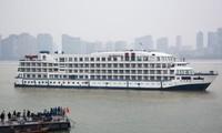 Du thuyền được điều đến Vũ Hán neo đậu trên sông Dương Tử. Ảnh: Reuters