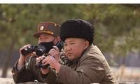 Quan chức Triều Tiên đeo khẩu trang cùng ông Kim giám sát tập trận