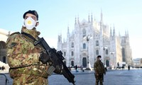 Binh sĩ canh gác bên ngoài một nhà thờ ở Milan (Ý). Ảnh: Reuters