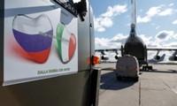 Hàng viện trợ Italy được đưa lên vận tải cơ Nga. Ảnh: Reuters