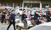 Người dân thị trấn Hiếu Cảm (tỉnh Hồ Bắc) đi lại trên đường hôm 23/3. Ảnh: China Daily