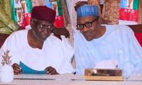 Tổng thống Buhari (phải) và Chánh văn phòng Kyari (trái). Ảnh: UGC