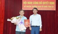 Chủ tịch UBND tỉnh Lào Cai Đặng Xuân Phong trao quyết định và chúc mừng đồng chí Phạm Toàn Thắng