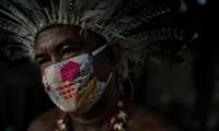 Thủ lĩnh một bộ lạc ở Brazil đeo khẩu trang mùa COVID-19. Ảnh: AP