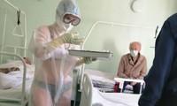 Nga: Xôn xao cảnh nữ y tá mặc đồ lót dưới áo bảo hộ cho đỡ nóng