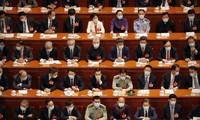 Các đại biểu đeo khẩu trang khi tham gia cuộc họp chiều 21/5. Ảnh: AP